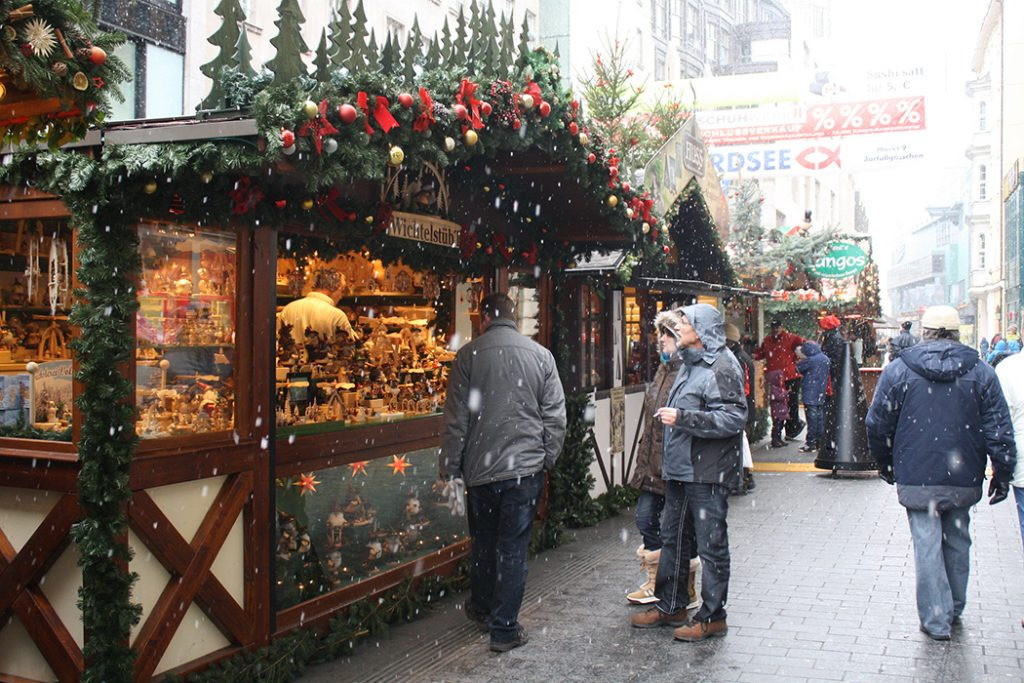 Photo of the Leipzig Christmas market in the daytime.